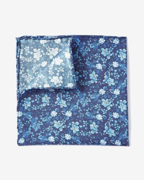POCKET SQUARE IN TEXTURED BLUE TONAL FLOWERS