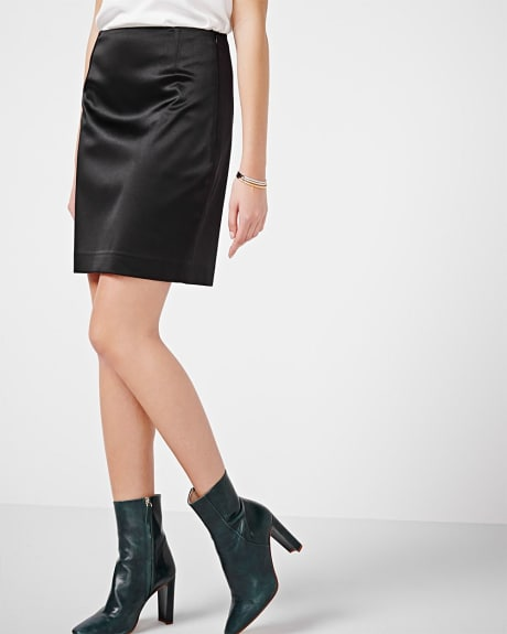 Shiny stretch pencil skirt