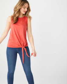 Lace-trimmed sleeveless t-shirt with knotted hem