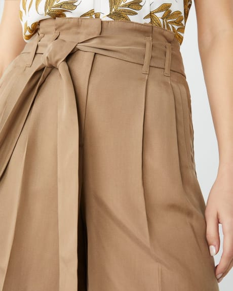 High-waist pleated Tencel bermuda short